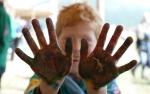 Grand jeux scout - louveteau ayant les mains sales