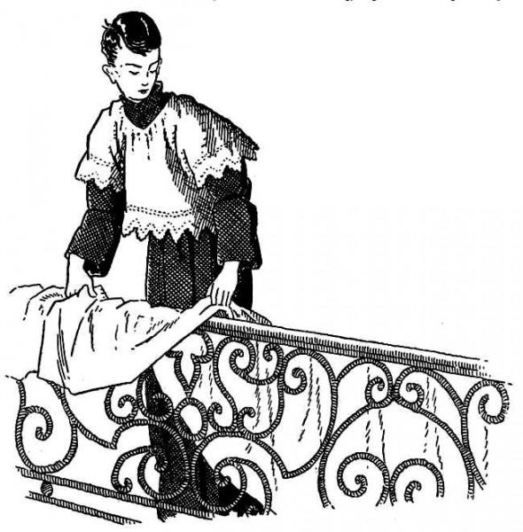 Servant de messe mettant la nappe de communion sur le banc de communion