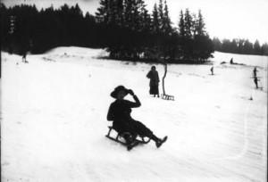 Catéchèse : La jalousie - Enfant en luge descendant la colline