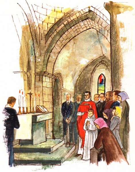 Le prêtre arrive à l'autel pour célébrer la messe