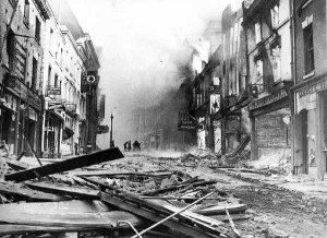 Bombardement : Décombres dans la rue