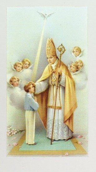 L'évêque confirme le jeune garçon