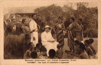 Missionnaire enseignant le catéchisme en Afrique noire