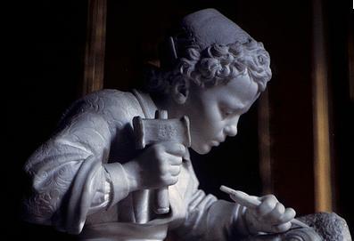 Jeune enfant et les cloches de Pâques