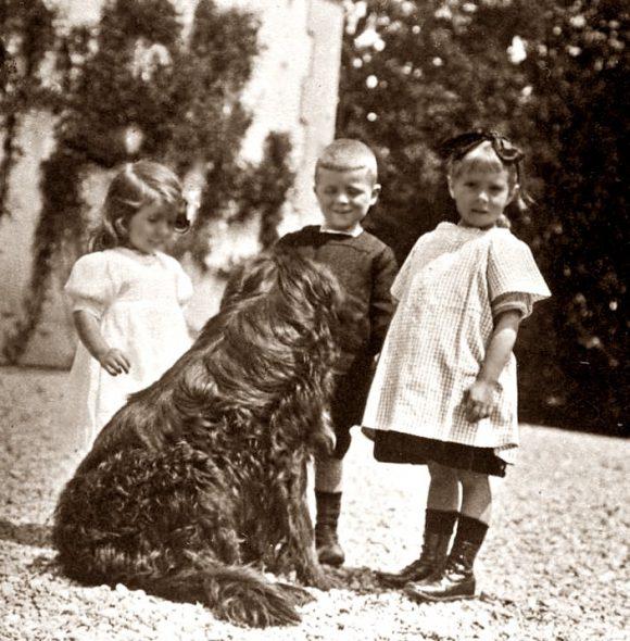 Anne dans la cour pour jouer avec son frère et sa soeur