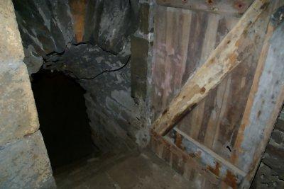 Cachette d'un évêque refractaire dans un souterrain
