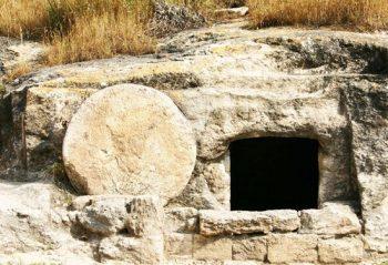 Pierre roulée et tombeau vide Paques